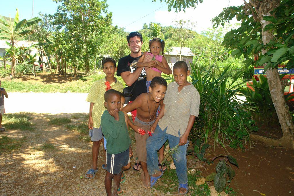 Yo con unos simpáticos niños en medio de las montañas Samaná, una península en el Paraíso - 2526683323 387520bb36 o - Samaná, una península en el Paraíso