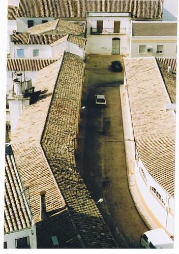 Almacenes de la Plaza de Abastos. Al fondo, la antigua Cámara Agraria (anteriormente Casa del Pueblo). Porcuna (Jaén)