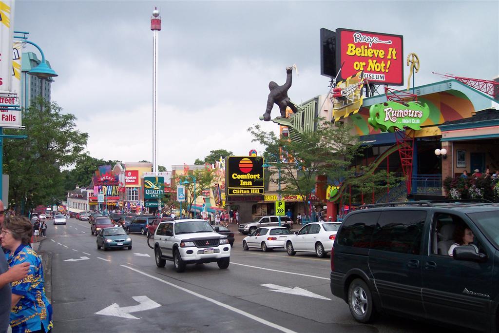 Calle principal de la ciudad de Niágara (Canadá) repleto de restaurantes y atracciones Cataratas del Niágara, la mayor potencia hidroeléctrica en el mundo occidental - 2513480575 525e9306bf o - Cataratas del Niágara, la mayor potencia hidroeléctrica en el mundo occidental