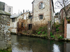 chã¢teau(0.0), village(0.0), flower(0.0), cottage(0.0), estate(0.0), ditch(0.0), moat(0.0), town(1.0), building(1.0), river(1.0), house(1.0), water castle(1.0), canal(1.0), waterway(1.0),
