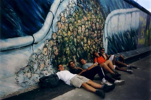 Dormirse en el muro de Berlín es una buena manera de ahorrar gastos en los viajes