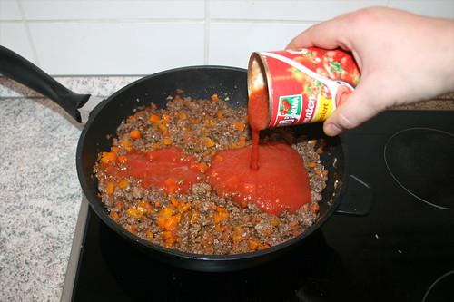 57 - Mit passierten Tomaten ablöschen / Deglaze with tomatoes