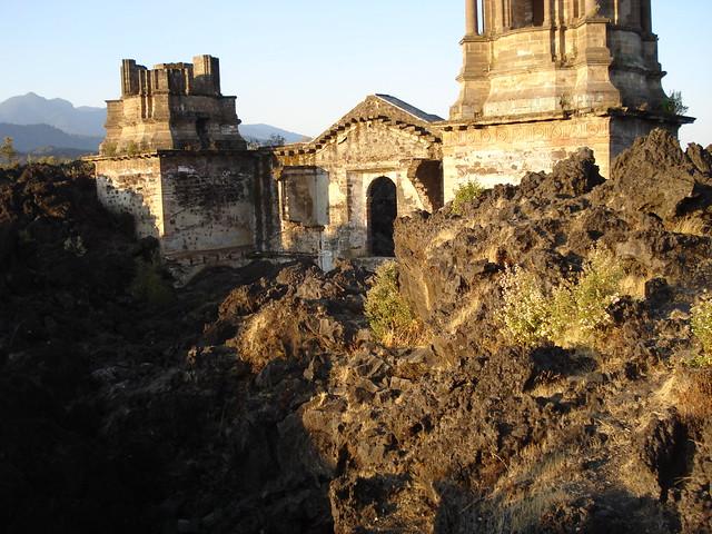 Iglesia destruida por lava