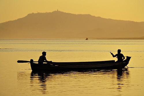 sunset people man silhouette yellow jaune river outdoors boat nikon asia southeastasia d70 burma rivière myanmar asie bateau homme coucherdesoleil pagan bagan irrawaddy birmanie ayeyarwady 123faves asiedusudest lptransportation pascalboegli