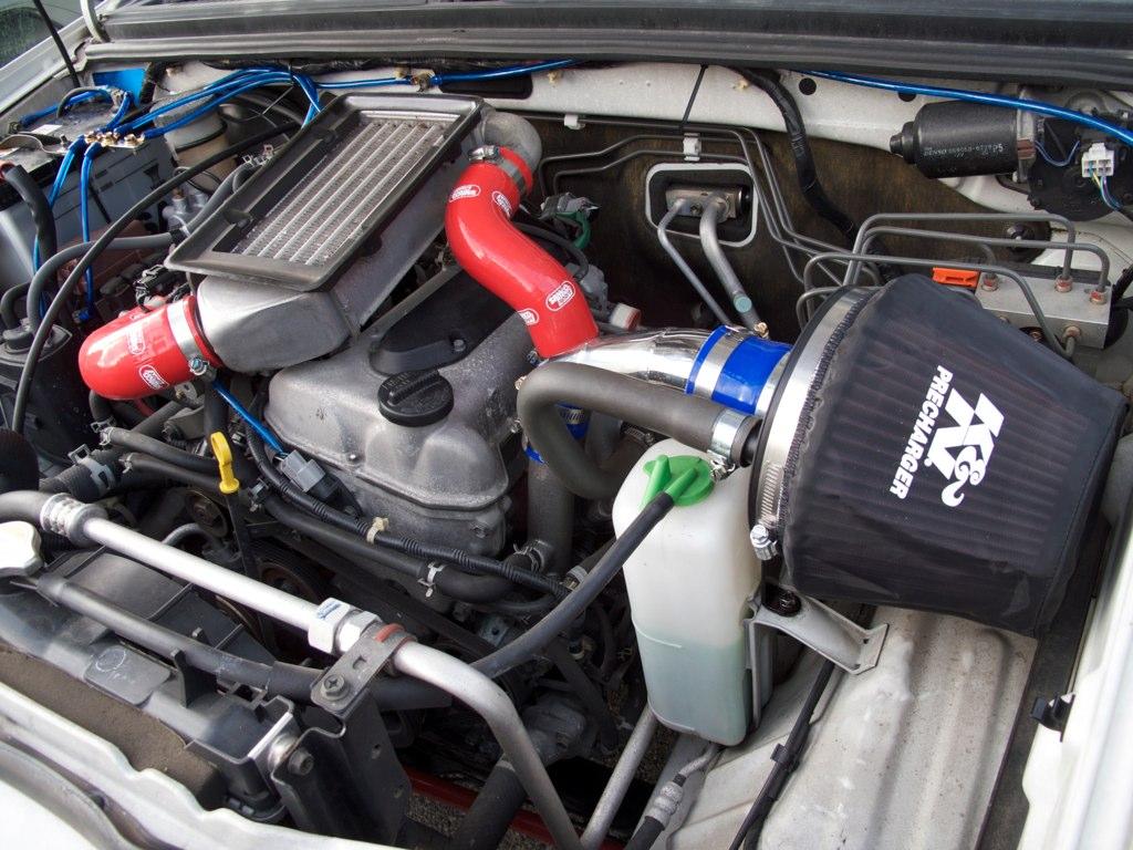 吸気系の部品を交換したジムニーJB23のエンジンルーム