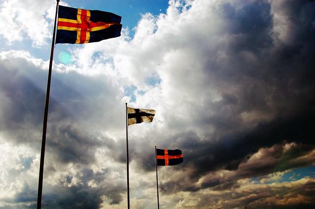 Las banderas de Suecia y Finlandia, junto a la de las islas Aaland