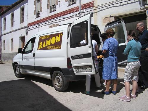 comprant el pa a Busto de Bureba (Burgos)