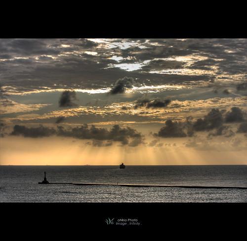 light sunset sun canon river scenery ship taiwan kaohsiung 台灣 高雄 hdr 西子灣 70200mm f4l sizihwan 40d onkio sheaudih
