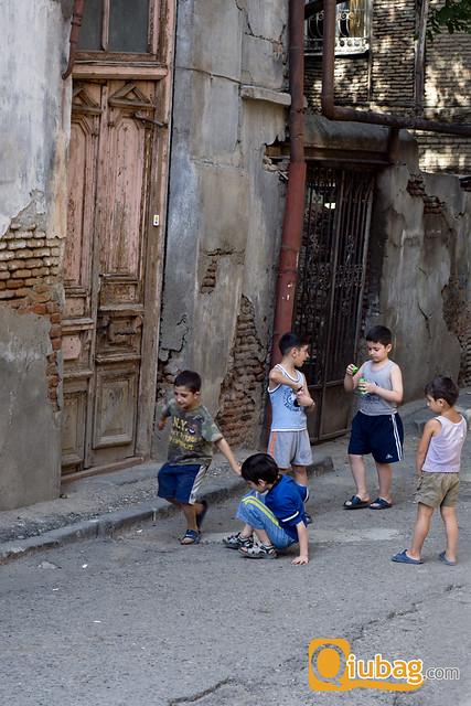 Dzieci w Tbilisi bawiące się na ulicy