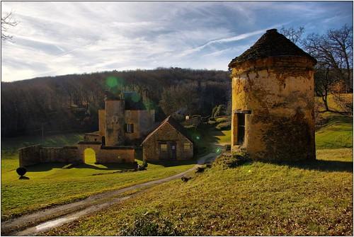 PROISSANS - Pigeonnier et Chateau du Cluzeau