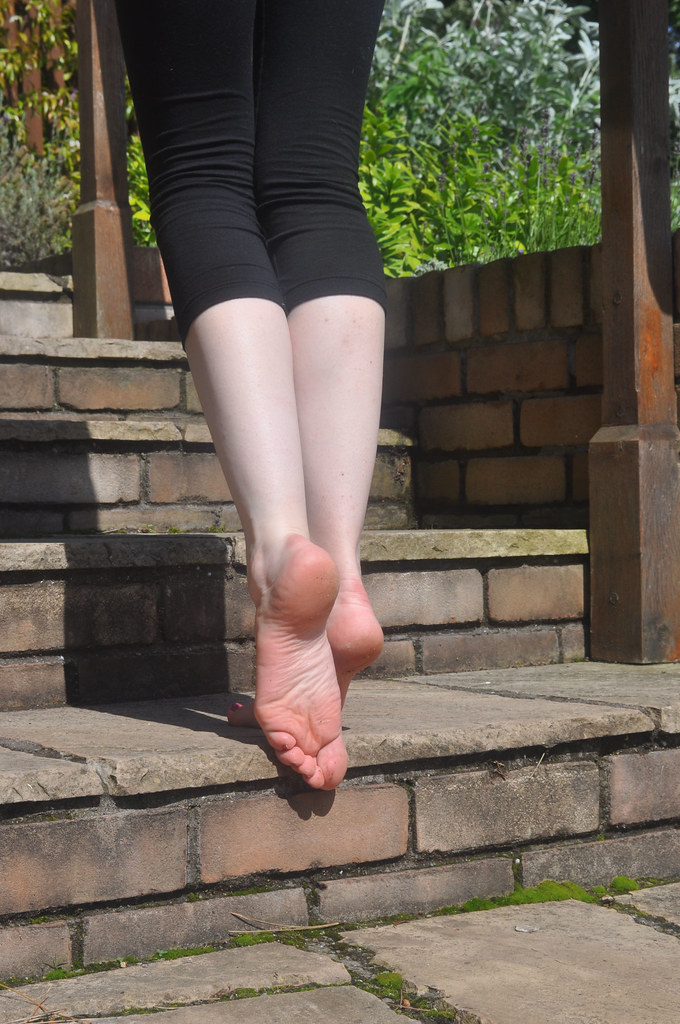 Barefoot teen use a hitachi while shoe her very big soles 9
