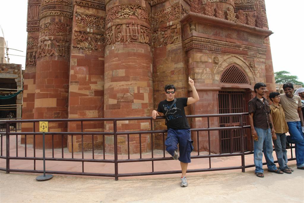 Yo, en la base del Qutab Minar Qutab Minar, la torre de piedra más alta de la India - 4177847835 dc48744aef o - Qutab Minar, la torre de piedra más alta de la India