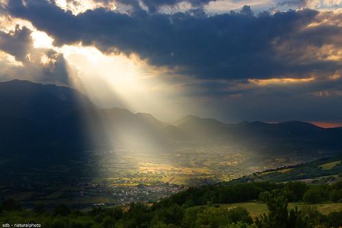 light sunset italy sun mountains color nature montagne canon landscapes italia tramonto nuvole natura hills sole colori paesaggi luce colline abruzzo sirente sigma1770 40d vallesubequana