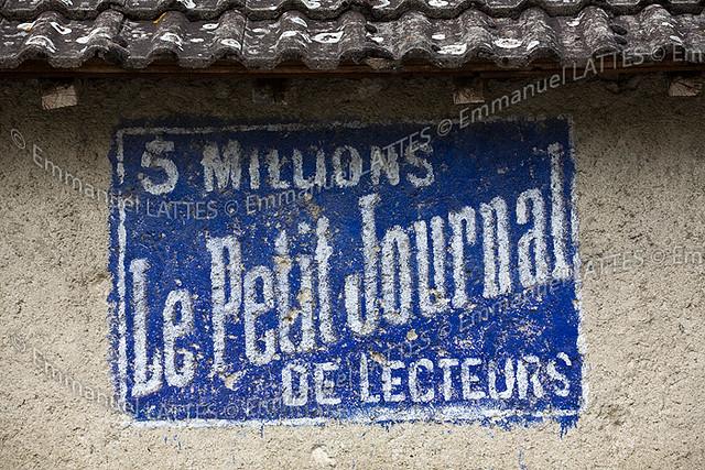Ancienne publicit peinte pour le petit journal flickr photo - Petit journal lattes ...