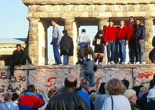 19900100 Berlin Brandenburger Tor Mauer Menschen