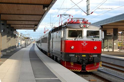 Zug nach Narvik fährt ein in Uppsala C