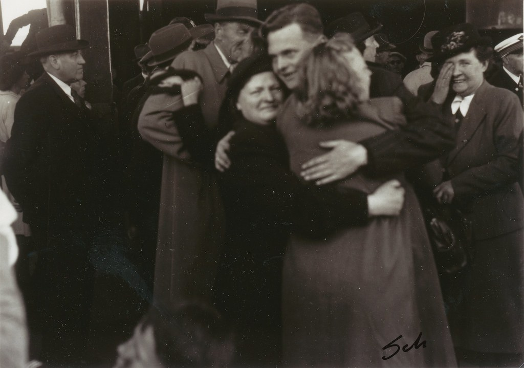 9 Mai 1945 - Falstadfangene vender hjem / Liberated political prisoners returns home from Falstad concentration camp