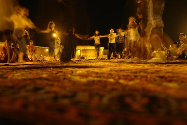La noche terminó con una fiesta árabe sobre la inmesa alfombra en medio del desierto. Dubai, imprescindible safari en 4x4 - 3839727615 27acea33d0 z - Dubai, imprescindible safari en 4×4