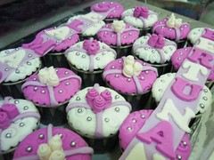 HCC007-2011. Violet colour hantaran cupcakes