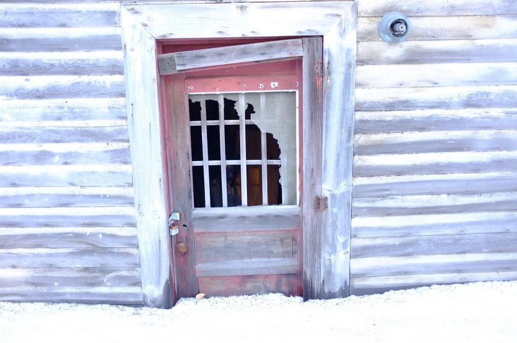 Abandoned but locked house        1-DSCF6518-001