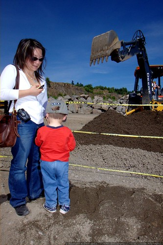lori and noa checking out a backhoe    MG 3803