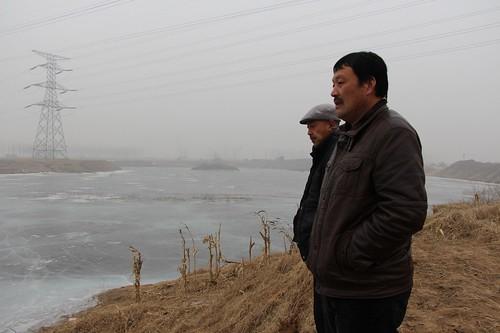 潘志中與潘佐富帶領調研志願者者前往查看因為盜取砂石被破壞的基本農田。(圖片來源:林吉洋)