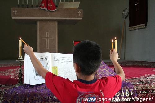 Rapaz a acender velas no Mosteiro Amaras em Sos