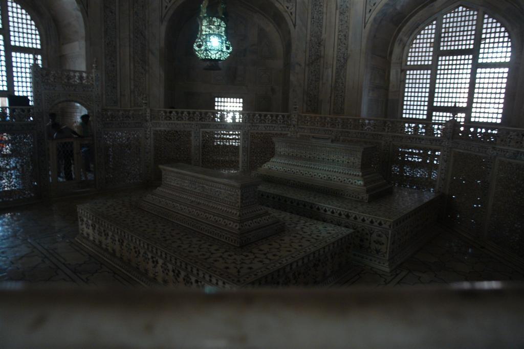 Tumbas de Shah Jahan (príncipe Khurram) y su amada Mumtaz Mahal (Arjumand Banu Begum) en el interior del Taj Mahal taj mahal, la declaración de amor más grande - 3999121594 382acac9ab o - Taj Mahal, la declaración de amor más grande
