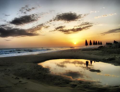sea sky reflection beach clouds sunrise landscape east greece crete umbrellas rethymno κρήτη ελλάδα παραλία σύννεφα τοπίο θάλασσα ανατολή αντανάκλαση ρέθυμνο ουρανόσ ομπρέλεσ
