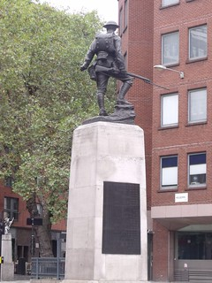 Immagine di The Royal Fusiliers. greatbritain england london memorial unitedkingdom worldwarone firstworldwar cityoflondon secondworldwar worldwartwo stapleinn alberttoft highholborn greaterlondon gradeiilisted royalfusiliers prudentialassurancebuilding royalfusilierswarmemorial
