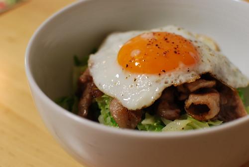 豚肉カリカリ目玉焼きのせ丼 - 無料写真検索fotoq