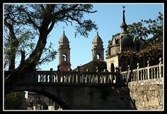 Vista do Arco de Fefiñáns coa igrexa de San Bieito ao fondo, Cambados