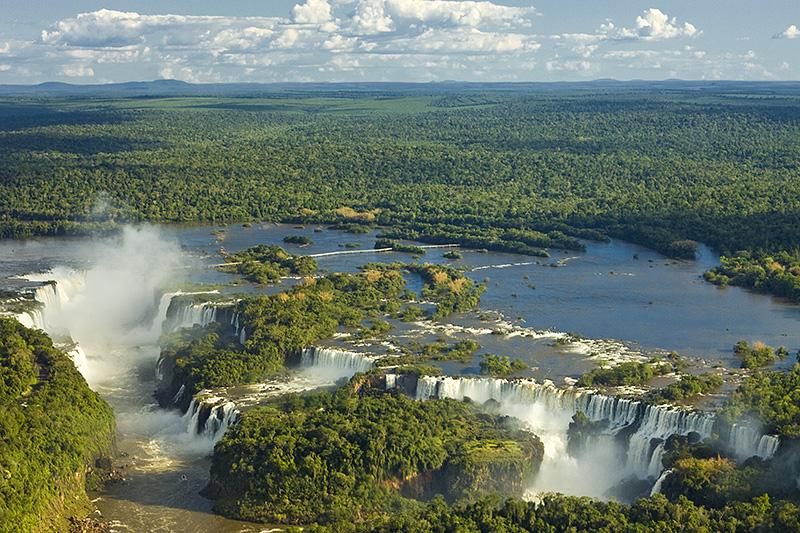 上空から眺めたイグアスの滝と周辺の大自然