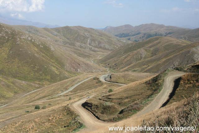 Fotografias da estrada na montanha em Jamili e Dadivank no Nagorno Karabakh