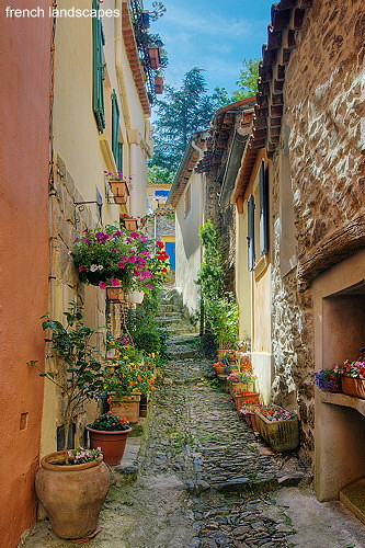 A narrow street in Provence village