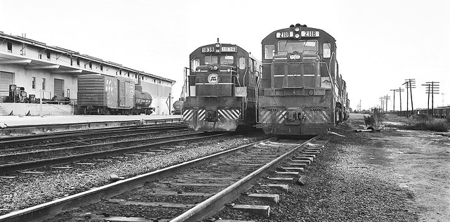 Scl Ge U36b 1839 Amp U25c 2118 Locomotives Are Seen