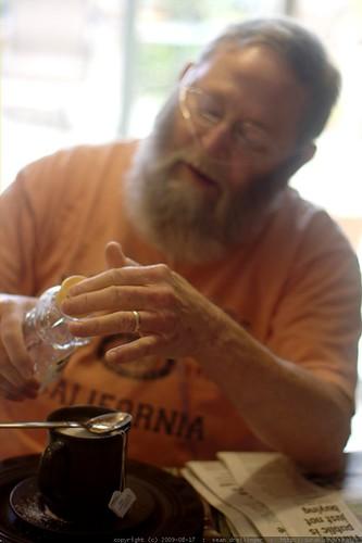 chips sweetening his tea with splenda and honey    MG 1801