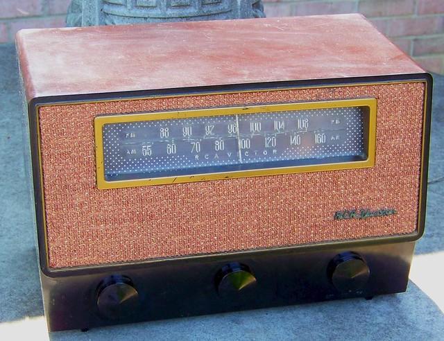 RCA Victor 8X71 AM-FM Radio