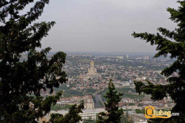 Widok na Samebę, największy kościół w Tbilisi