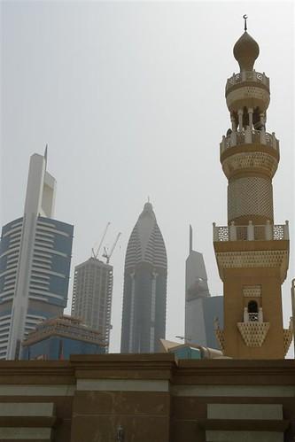 Mezquita Sheikh Zayed junto al Distrito Financiero