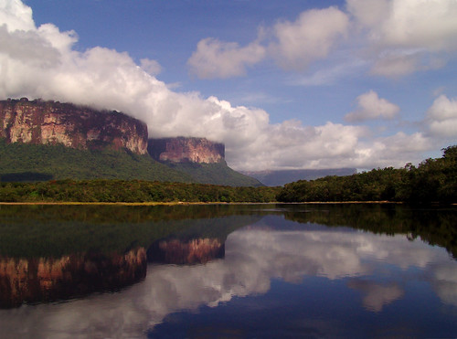 Auyantepuy´s Massif seeing from Carrao River - Photo by Roger Manrique-Canaima-May-2009
