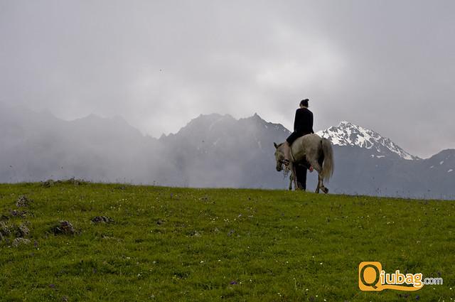 Samotny jeździec na polanie w Gruzji