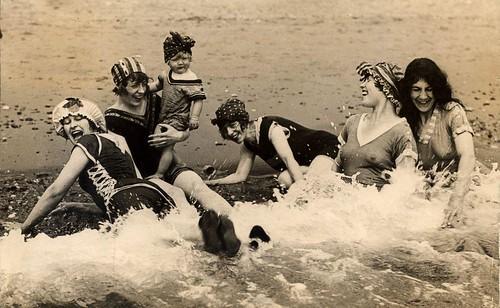 Vrouwen in de branding / Women having fun in the sea