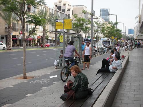 ברחוב אבן גבירול ליד גן העיר