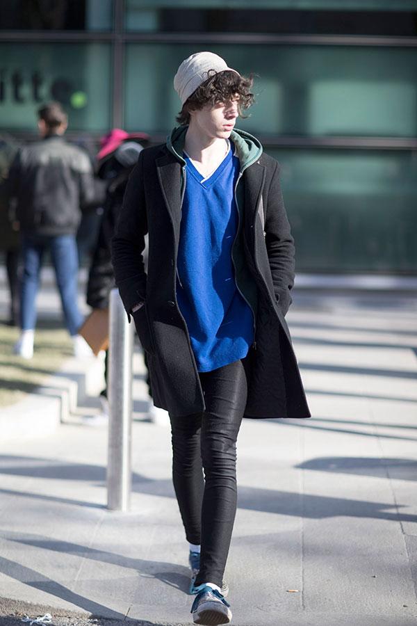 黒チェスターコート×オリーブジップアップパーカー×青Tシャツ×黒スキニーパンツ×VANSオーセンティック