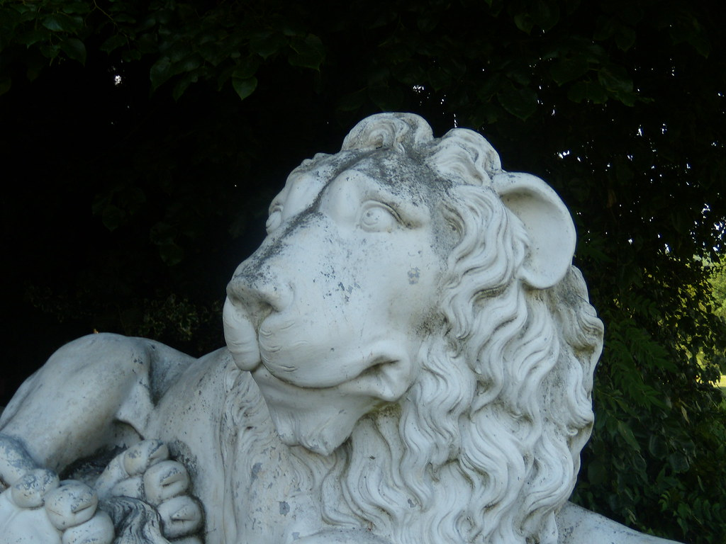Lion, West Wycombe House Saunderton Figure of 8. West Wycombe loop