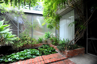 Shulman house: courtyard between studio and residence