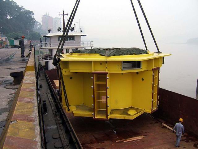 乐山大件码头吊运三峡电站水轮机组下机架中心体