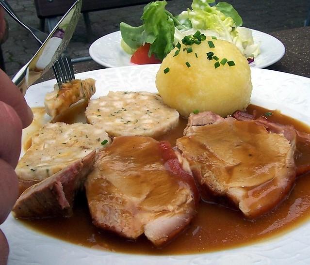 Kaiserbraten mit Kartoffelkloß und Semmelknödel