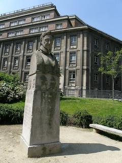 Image of Ronsard. paris france statue geotagged francia statua parigi pierrederonsard geo:lat=48849101 geo:lon=2346383